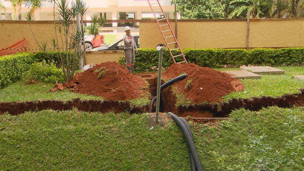Peso da terra e dos escombros aumentou o tamanho da rachadura no jardim da 210 Norte, em Brasília (Foto: TV Globo/Reprodução)