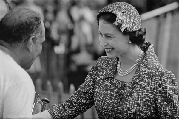 A Rainha Elizabeth 2ª em um evento no ano de 1958 (Foto: Getty Images)