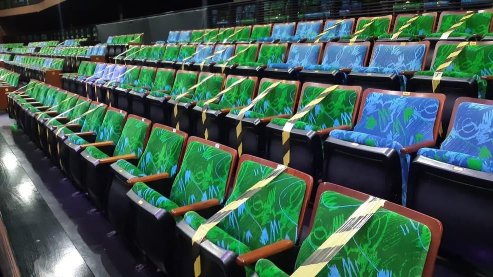 Sal de teatro com cadeiras interditadas em Natal — Foto: Sérgio Henrique Santos/Inter TV Cabugi