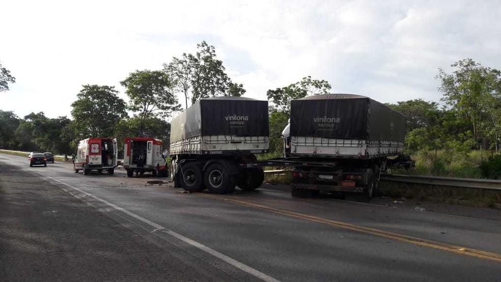 Uma pessoa morreu e duas ficaram feridas em uma batida na BR-242, na altura de Serra do Saco, no oeste da Bahia, nesta segunda-feira (28). — Foto: Blog do Braga