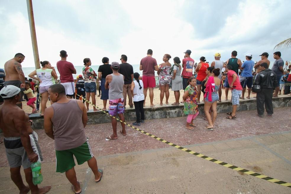 Dezenas de pessoas foram à orla na Zona Sul do Recife, ao local onde aconteceu a queda do Globocop, nesta terça-feira (23 (Foto: Marlon Costa/Pernambuco Press)