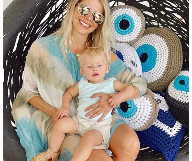 Karina Bacchi e o filho Enrico, na Grécia (Foto: Reprodução Instagram)