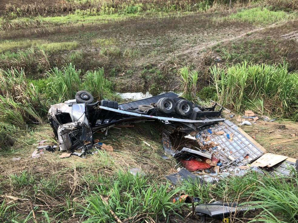 Caminhão tombou e deixou homem ferido na BR-101 nesta quarta-feira (27) (Foto: Polícia Rodoviária Federal/Divulgação)