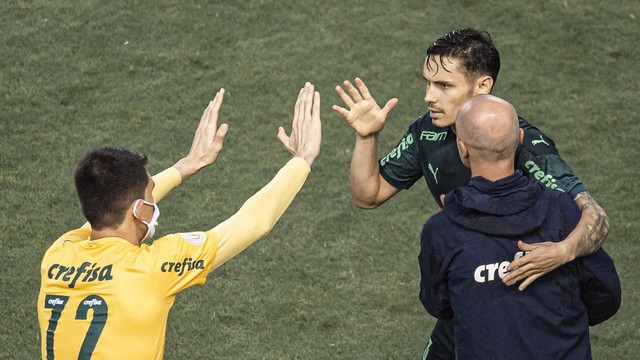 Raphael Veiga marcou de pênalti para o Palmeiras