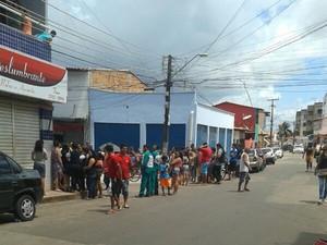 Curiosas se aglomeram próximo ao local onde corpos foram achados (Foto: Annielle Pimentel)