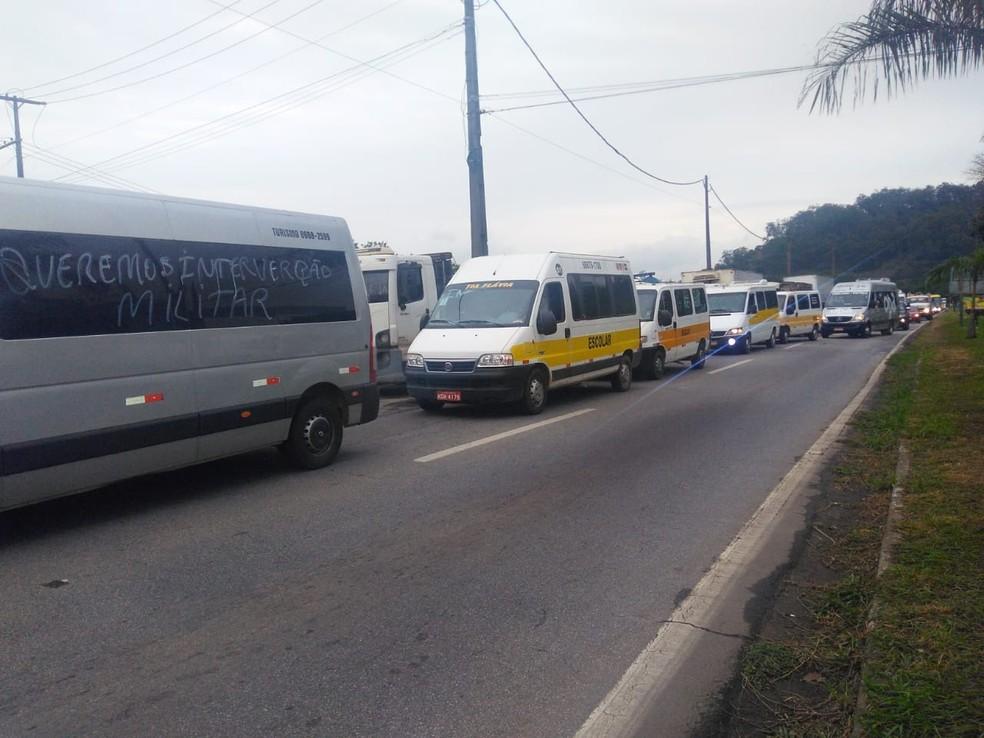 Motoristas de Vans do Transporte escolar do Vale do Aço fazem passeata em apoio ao protesto dos caminhoneiros (Foto: Patrícia Belo/G1)