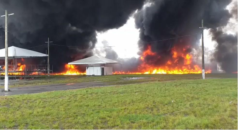 Um dos caminhões transportava combustível e pegou fogo após a colisão — Foto: Reprodução/Arquivo pessoal
