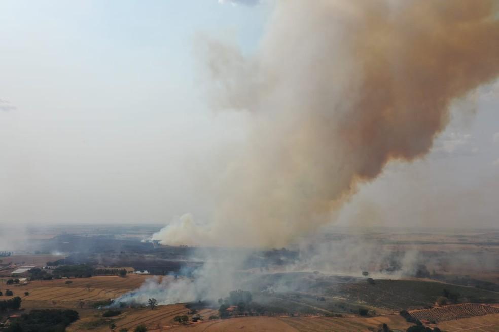 24/08/21: Incêndio em vegetação atingiu 400 mil metros quadrados e formou nuvem gigante de fumaça em Junqueirópolis — Foto: Márcio Cabanhas