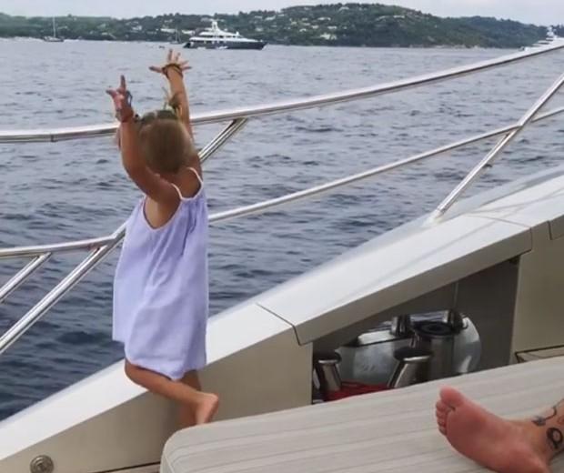 Alisa atira o celular ao mar (Foto: Reprodução / Instagram)
