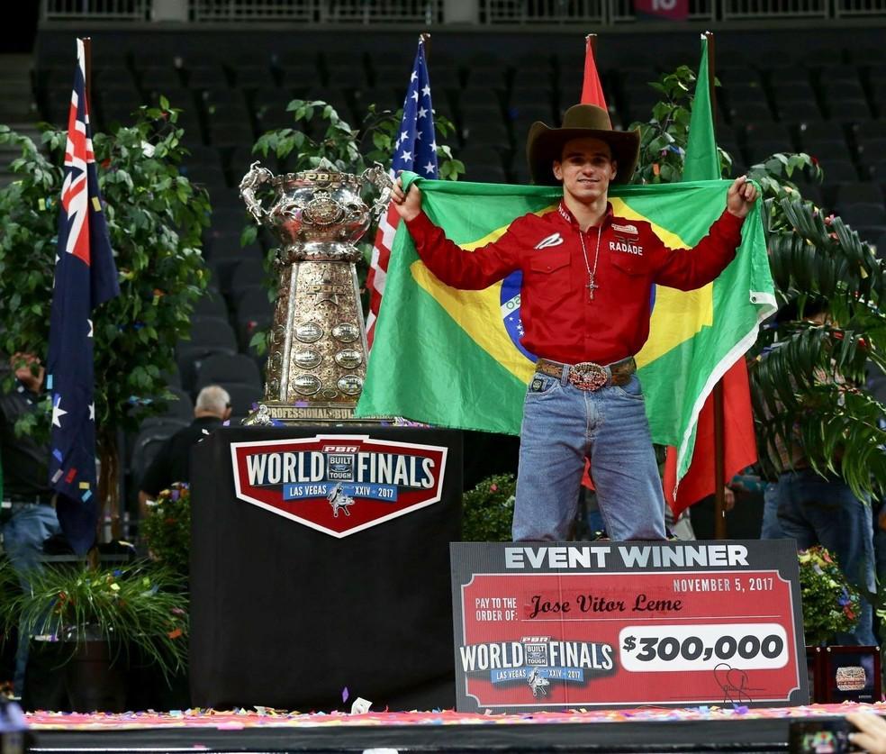 José Vitor Leme, recebe prêmio de campeão mundial em Las Vegas, Estados Unidos — Foto: José Vitor Leme/Arquivo pessoal