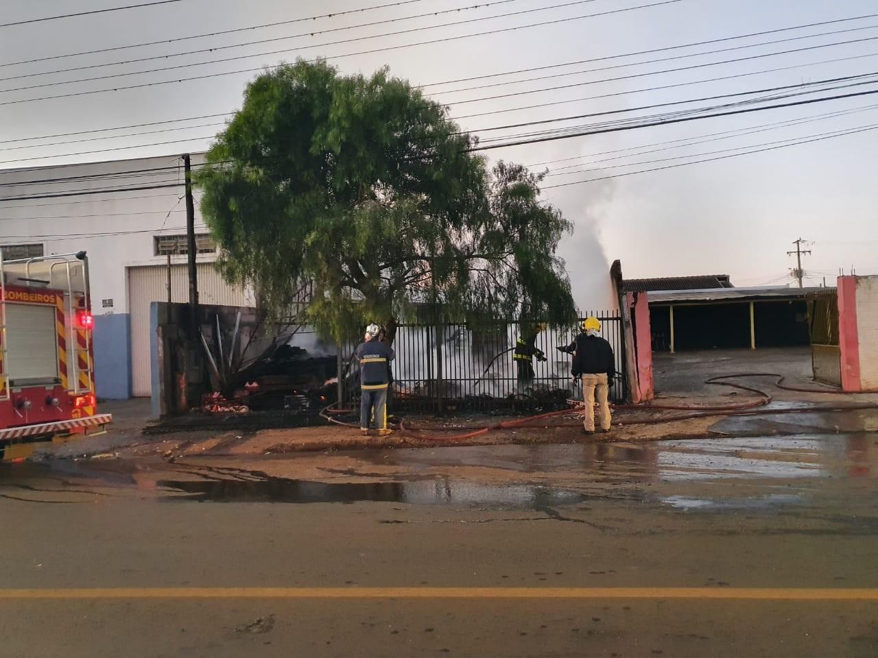 Incêndio destrói barracão com materiais recicláveis na Zona Norte de Londrina
