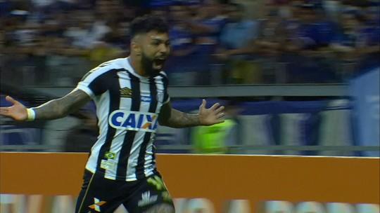 Gabigol quebra recorde pessoal e amplia vantagem na artilharia do Brasileirão em jogo 200 no Santos