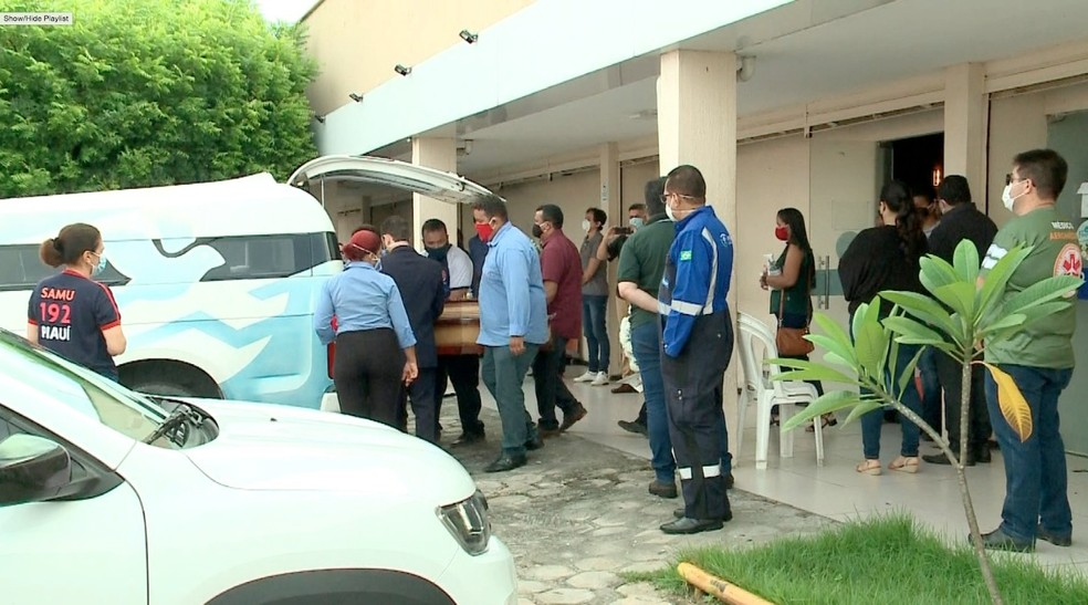 Velório da enfermeira Samara Félix reuniu poucos amigos e familiares, devido à pandemia do novo coronavírus. — Foto: Edivaldo Cardoso/TV Clube