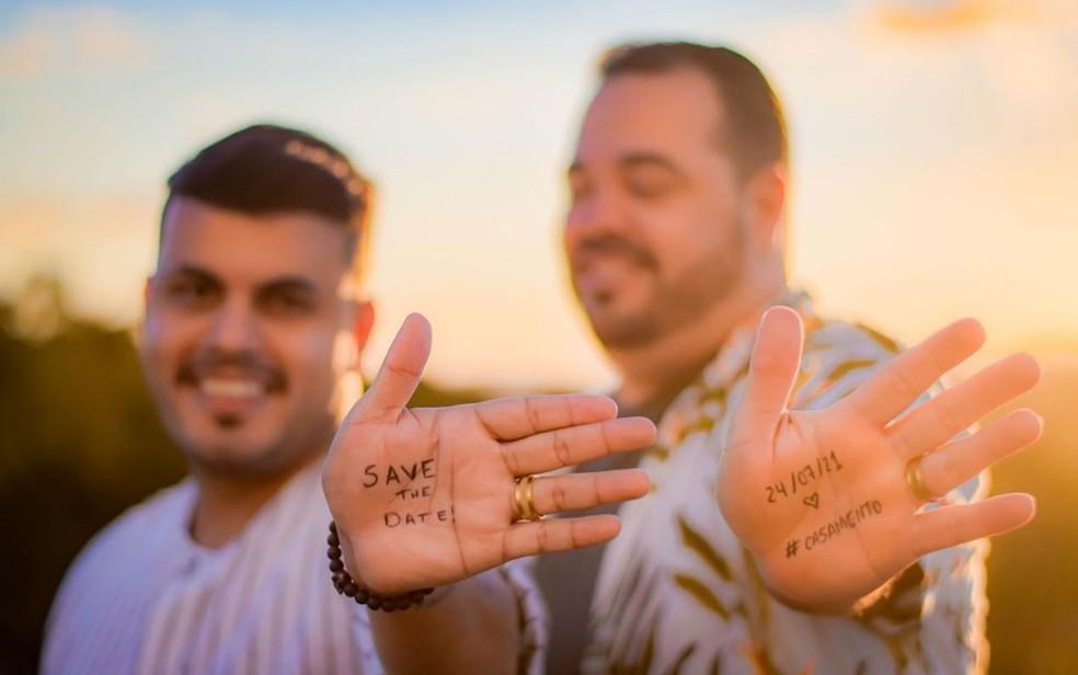 Saulo Rodrigues Lopes, de 37 anos e o noivo Rafael Ferreira Luiz, de 27, anunciaram casamento pelas redes sociais, em Anápolis — Foto: Reprodução/Instagram
