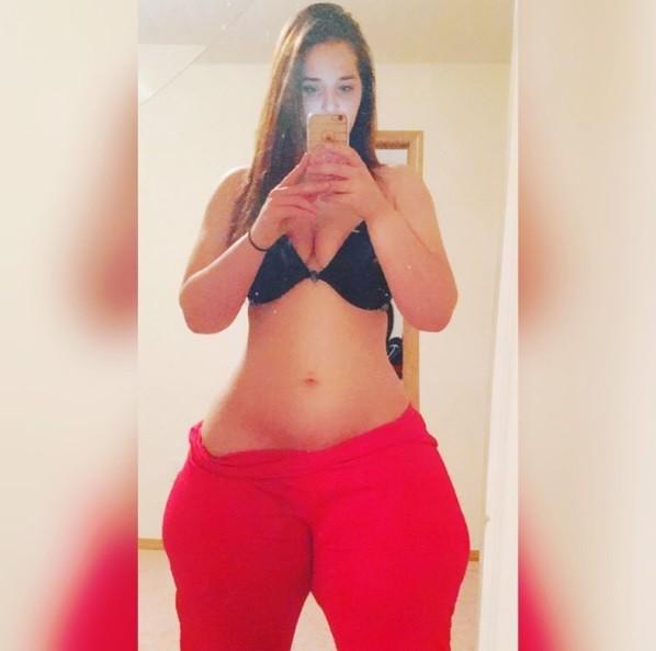 No Instagram, ela costuma postar fotos com pouca roupa