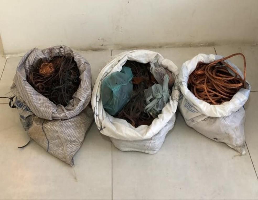 Sacos com fios de cobre roubados foram recolhidos em ação da Polícia Civil, no Recife  — Foto: Polícia Civil/Divulgação