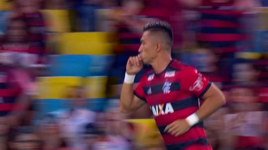 Chances perdidas e 36 minutos ao lado de Guerrero: como foi a estreia de Uribe no Fla