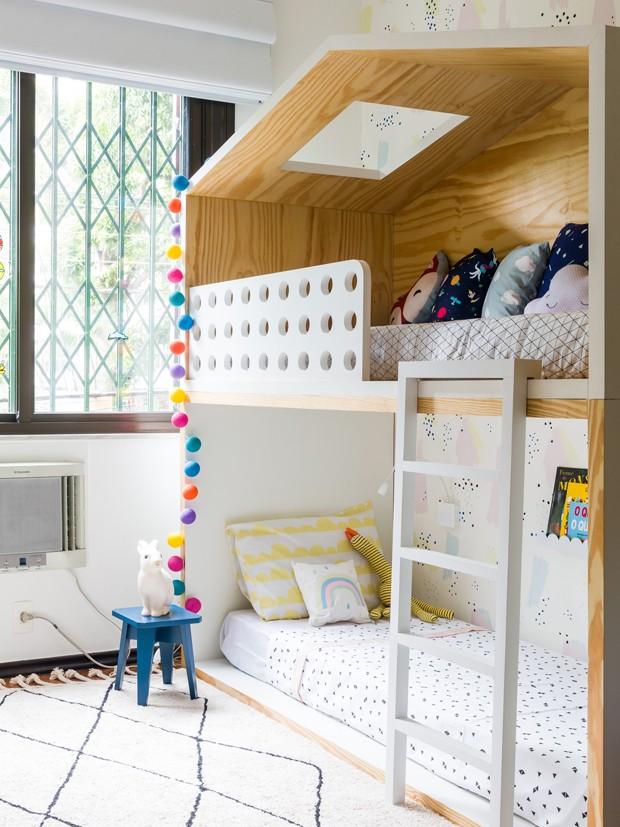 Cama casinha, madeira e papel de parede decoram quarto dos filhos de Miá Mello (Foto: Nicolas Bouriette/Divulgação)