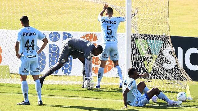 Jogadores do Santos logo após o gol do Vasco