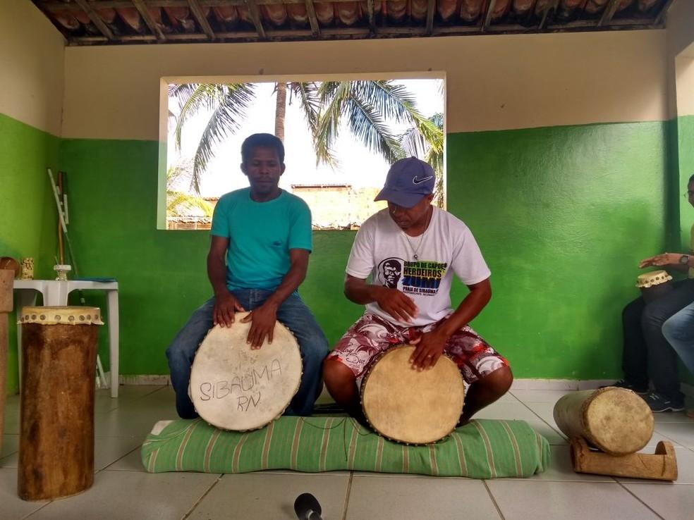 Moradores da comunidade quilombola de Sibaúma, preserva cultura afro-brasileira no litoral do RN (Foto: Lucas Cortez/G1)
