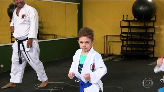 Menino de sete anos usa caratê como superação
