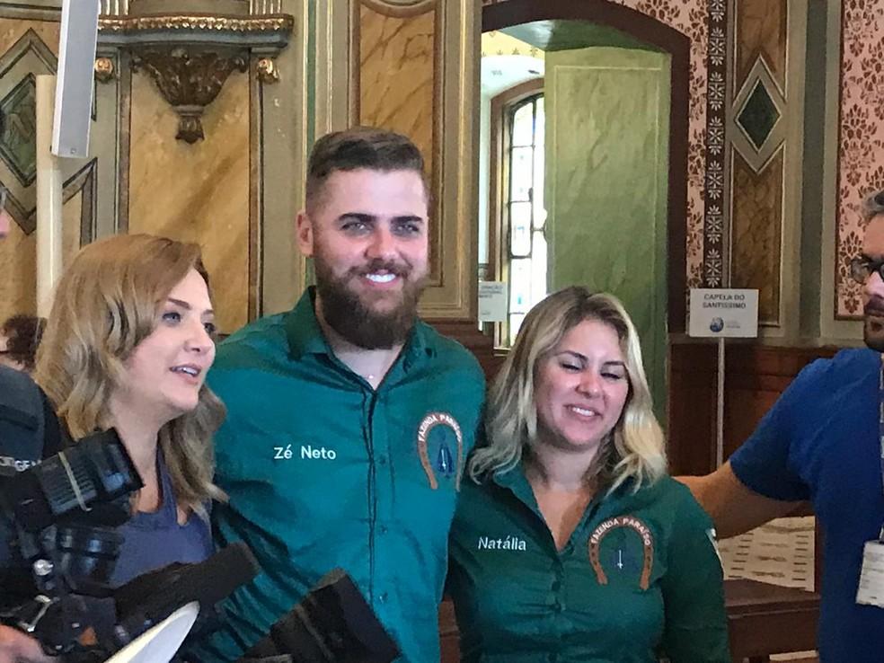 Zé Neto foi até a Basílica Velha e posou com fãs — Foto: Pedro Melo/ TV Vanguarda