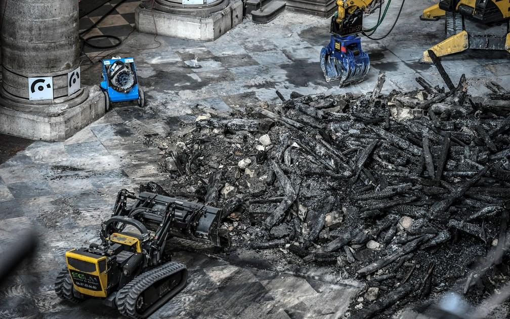 Escavadeira é usada em trabalho preliminar de limpeza da Catedral de Notre-Dame, em Paris, no dia 17 de julho — Foto: Stephane de Sakutin/AFP