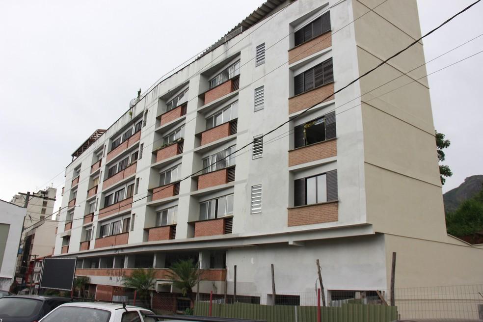 Prédio na Rua Cristina Ziede, no Centro de Nova Friburgo, passou por obras estruturais — Foto: Leonardo Vellozo/Ascom Friburgo