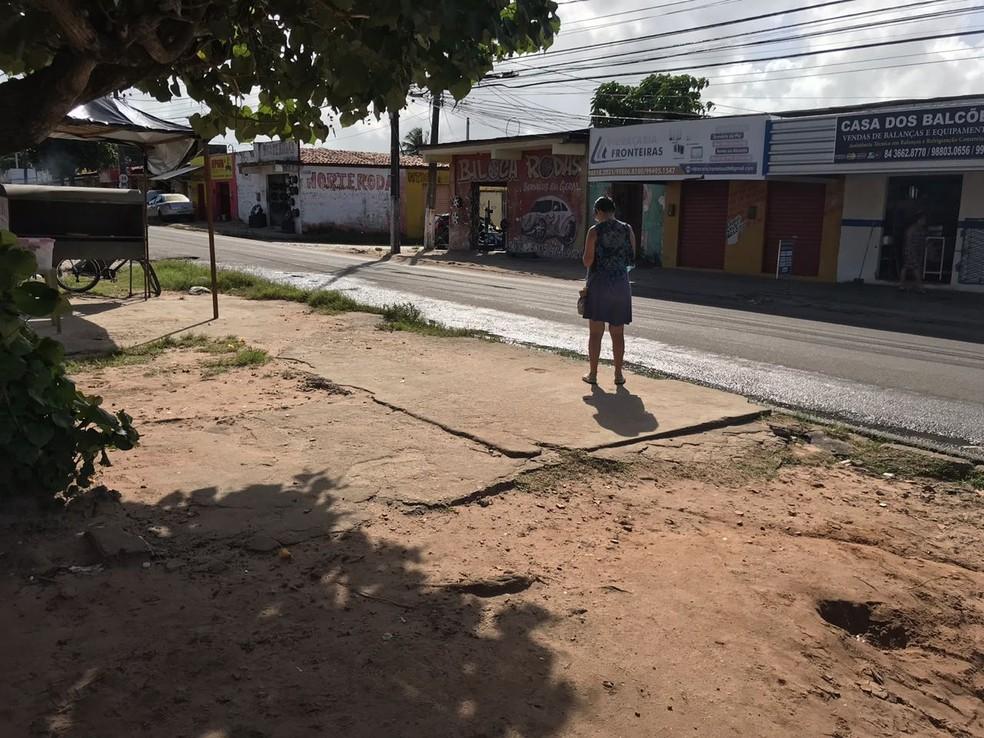 Tentativa de assalto que resultou na morte do policial civil e do ladrão aconteceu nesta parada de ônibus (Foto: Kleber Teixeira/Inter TV Cabugi)