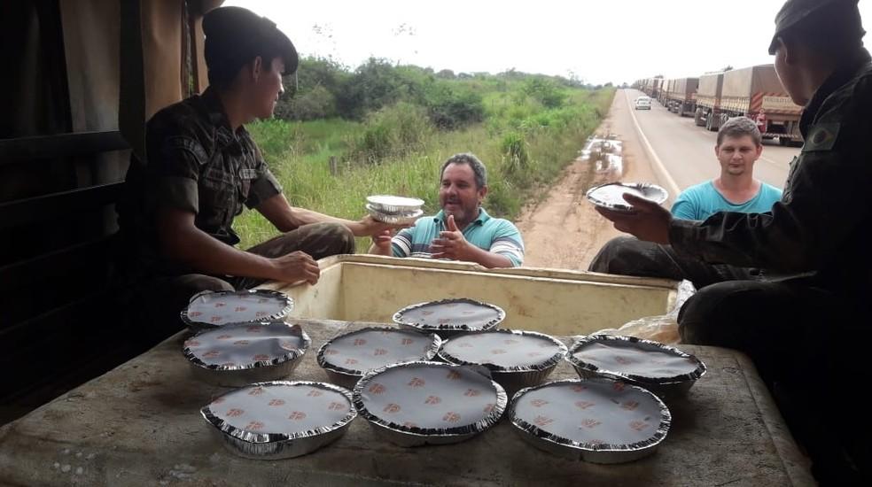 br163 exercito - Dnit e Exército distribuem água e comida a caminhoneiros na BR-163, no sudoeste do Pará