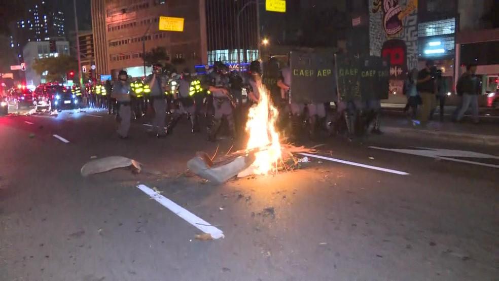 Barricada feita no meio da rua durante protesto na região central de São Paulo, SP — Foto: Reprodução/TV Globo