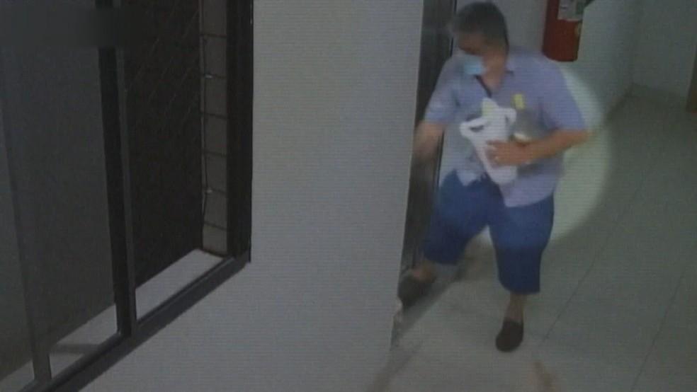 Cirucito de segurança mostra promotor chegando em casa com duas garrafas de cachaça, um dia antes da morte de Lorenza. — Foto: Circuito de segurança/reprodução