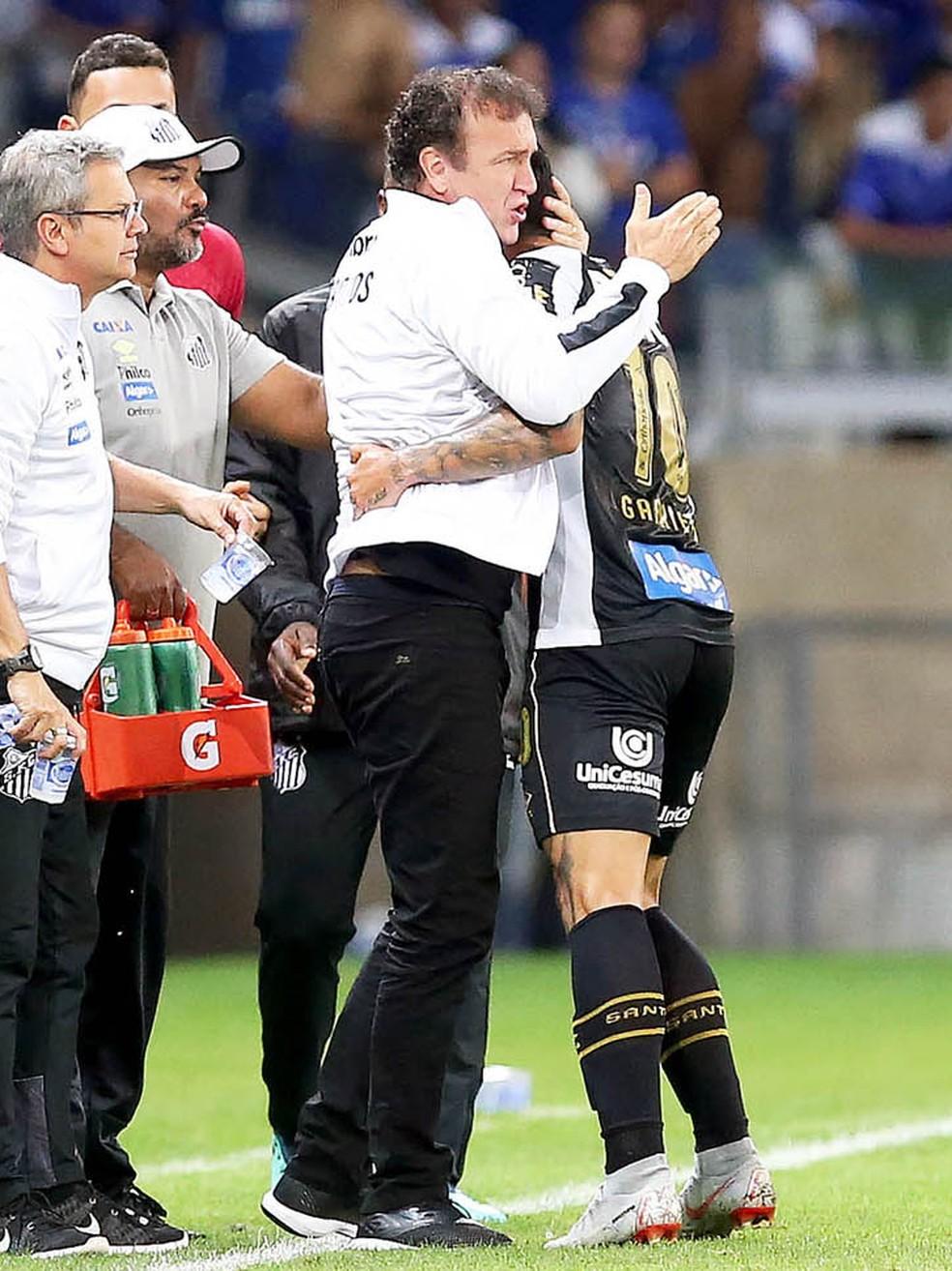Cuca abraça Gabriel após gol do Santos contra o Cruzeiro â?? Foto: Pedro Ernesto Guerra Azevedo/Santos FC