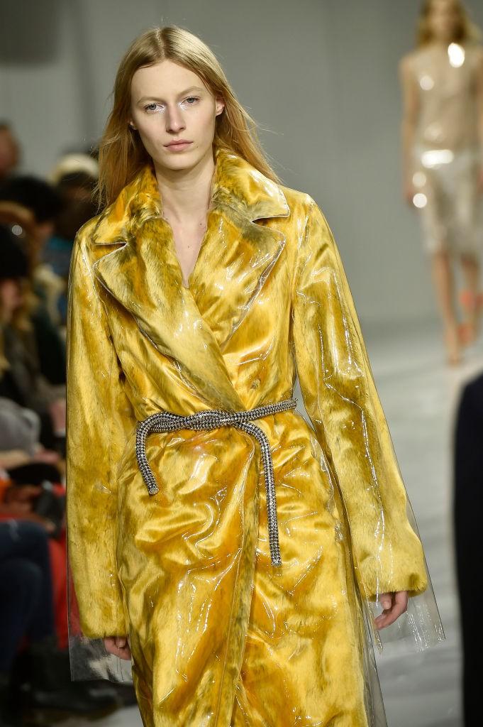 O casaco de layer plastificado que marcou a temporada de estreia (Foto: Getty Images)