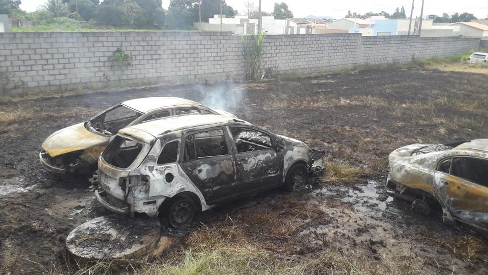 Três carros ficaram destruídos após o incêndio, na tarde desta segunda-feira (7) — Foto: Divulgação