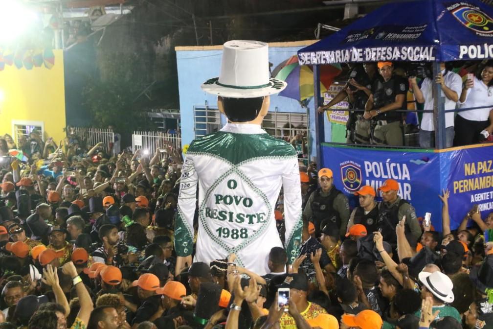 Bordado nas costas do figurino do Homem da Meia-Noite exalta a Constituição de 1988 — Foto: Aldo Carneiro/Pernambuco Press