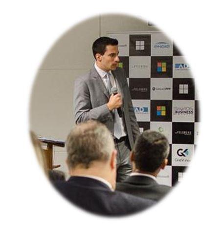 O advogado Vitor Amuri Antunes em palestra sobre o Direito e o Desafio das Cidades Inteligentes