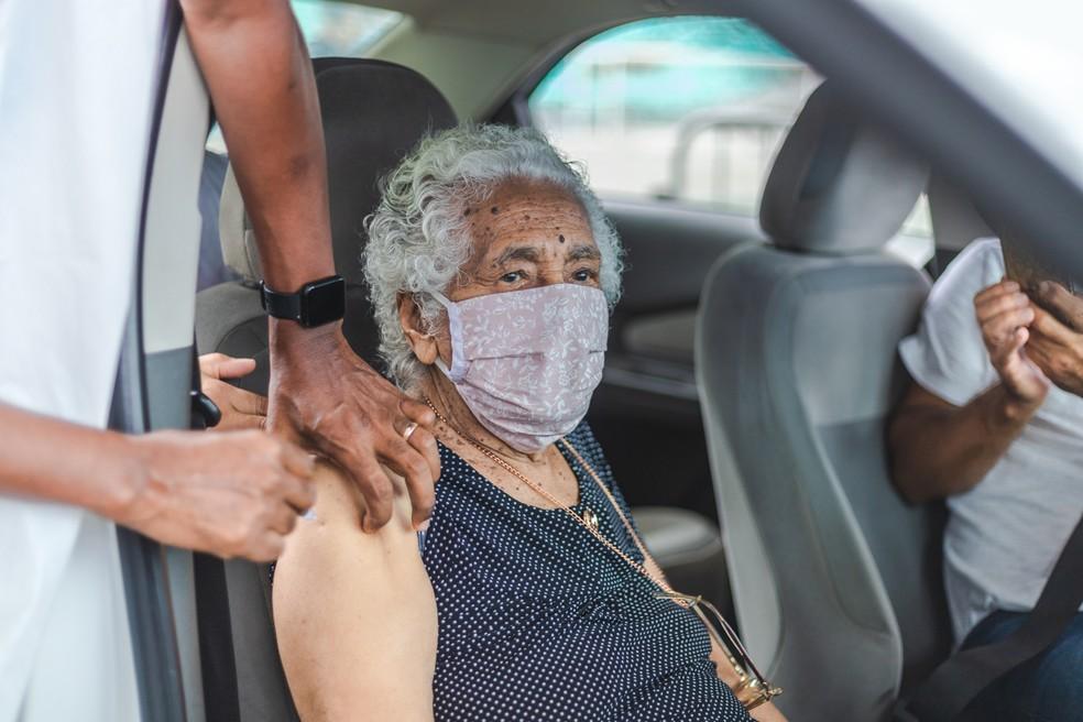 Idosa ao ser vacinada contra a Covid-19, em Salvador — Foto: Igor Santos/Secom Salvador