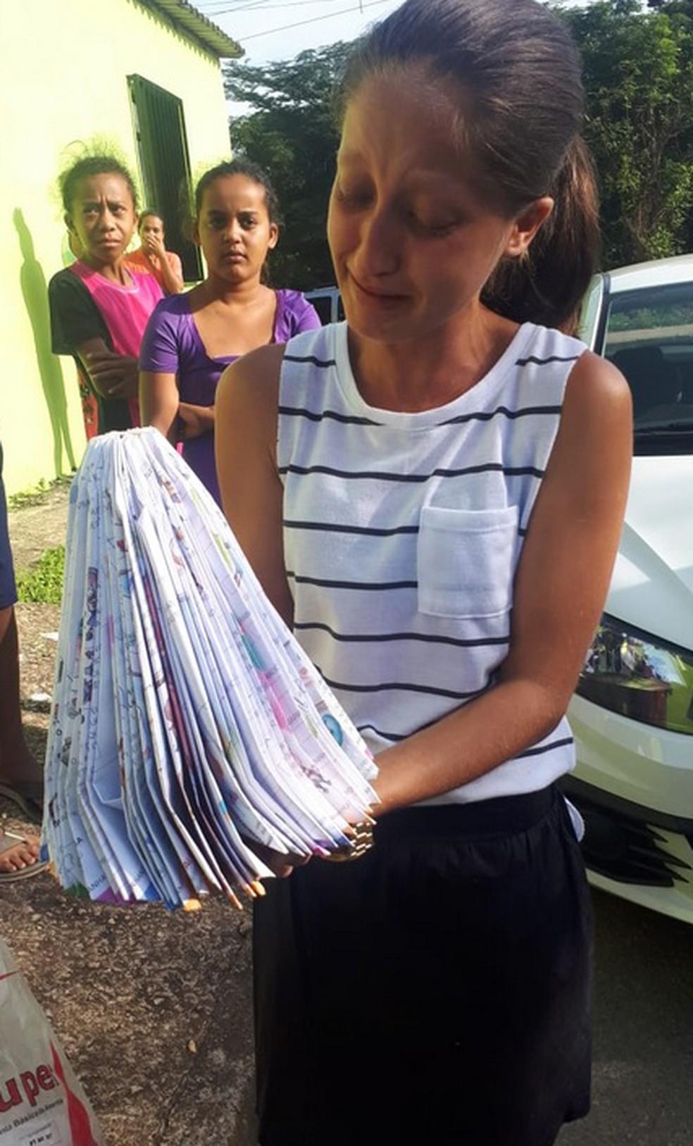 A tia Camila Andrade disse que a família está transtornada com a morte de Fabrini; ela segura a dobradura feita pela garota.  — Foto: Oswaldo Diniz/Rádio Itatiaia/Foto cedida