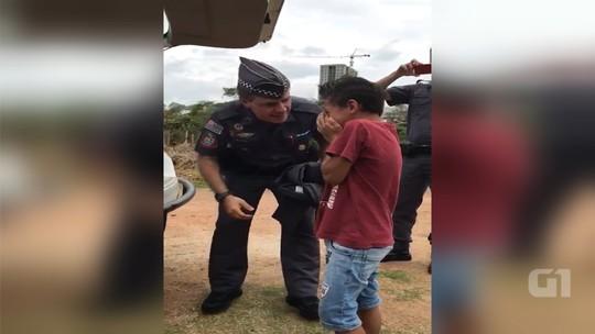 Menino que chorou ao ganhar farda da PM se diverte 'abordando' o irmão: 'Sonho de ser policial', diz mãe
