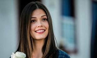 Na segunda-feira (27), Kyra (Vitória Strada) irá disparar um tiro acidental dentro do voo para Cancún, que precisará fazer um pouso de emergência | TV Globo