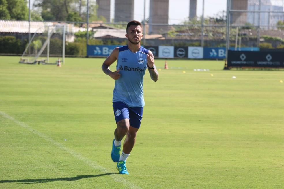 Matheus Henrique, meia do Grêmio, trabalhou separado do grupo  — Foto: Eduardo Moura