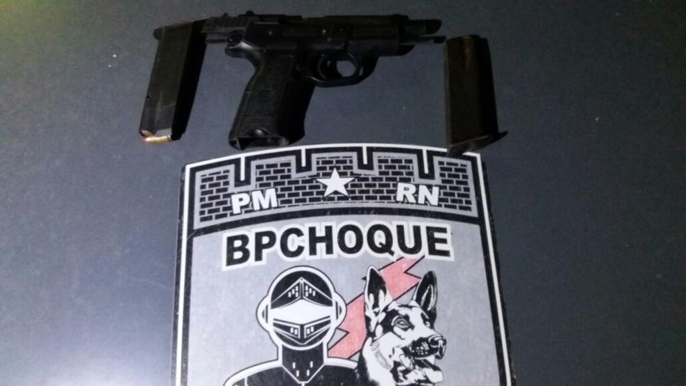 Pistola nove milímetros estava com suspeito morto em confronto com a PM na Comunidade do Mosquito, em Natal (12/03/2018) (Foto: Polícia Militar/Divulgação)
