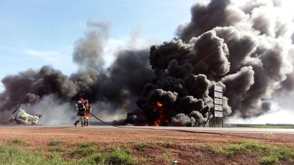 Três pessoas morreram carbonizadas na MT-242 após explosão entre caminhões (Foto: MT Notícias)