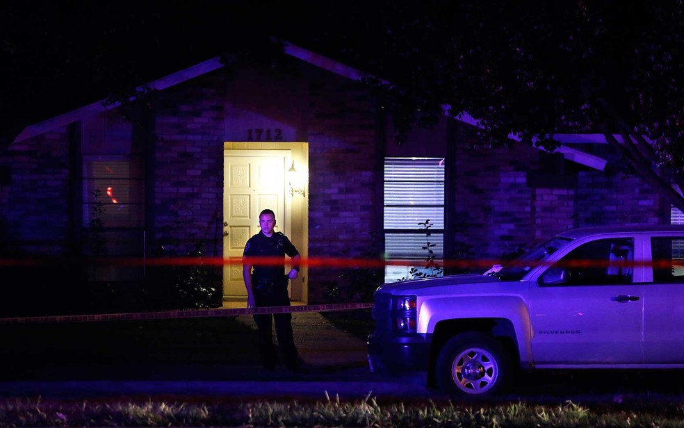 Policial trabalha na cena de um tiroteio em uma casa em Plano, ao norte de Dallas, no Texas (Foto: Vernon Bryant / The Dallas Morning News / via AP Photo)