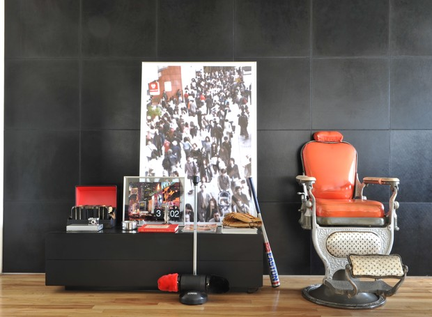 Esta cadeira de barbeiro antiga foi parar dentro de casa. Aqui, serve como uma poltrona normal (Foto: Arquivo / Casa e Jardim)