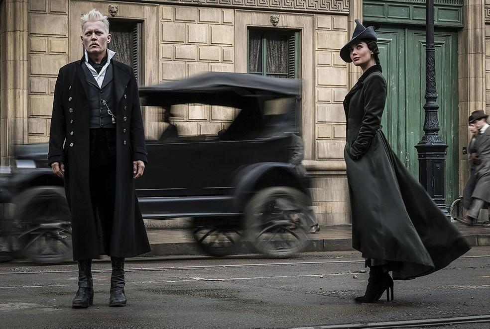Johnny Depp como Gellert Grindelwald e Poppy Corby-Tuech como Vinda Rosier em 'Animais Fantásticos: Os crimes de Grindelwald' (Foto: Divulgação)