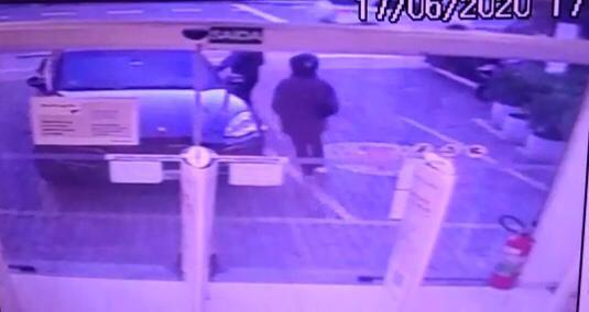 Vídeo mostra como 'gangue do Rolex' rouba relógio de ouro de R$ 35 mil de empresário em bairro nobre da Zona Sul de SP
