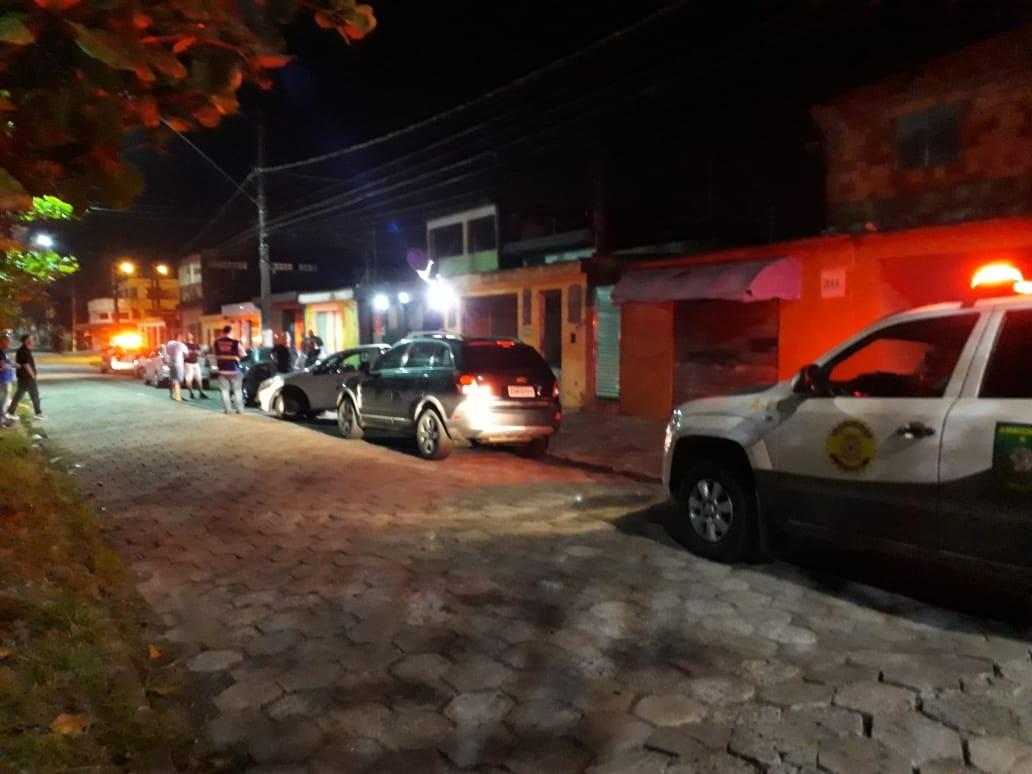 Bares são fechados e multados em R$ 6 mil por aglomeração de pessoas em São Vicente, SP