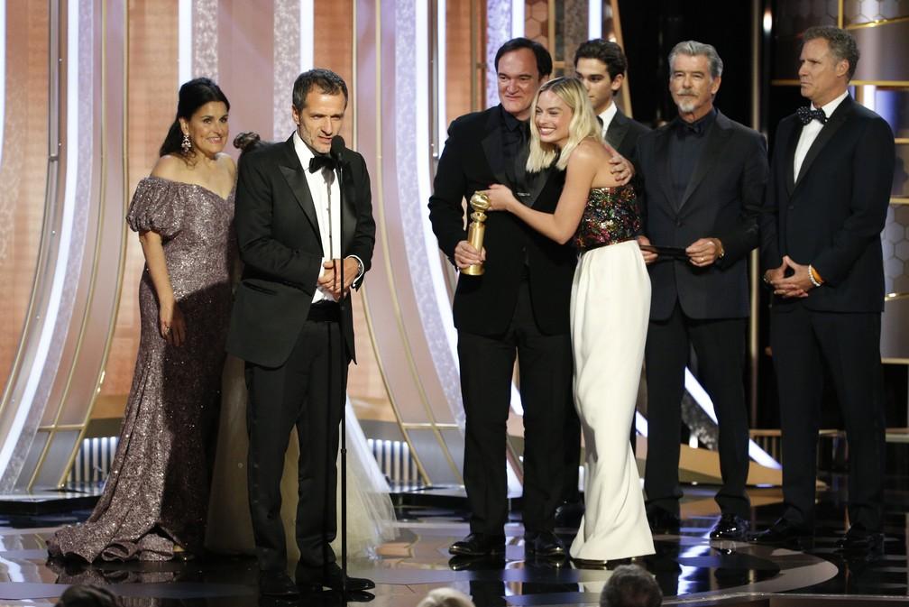 """Produtor Shannon McIntosh, Quentin Tarantino e elenco de """"Era Uma Vez... Hollywood"""" recebem Globo de Ouro de melhor filme de comédia — Foto: Paul Drinkwater/NBC via AP"""